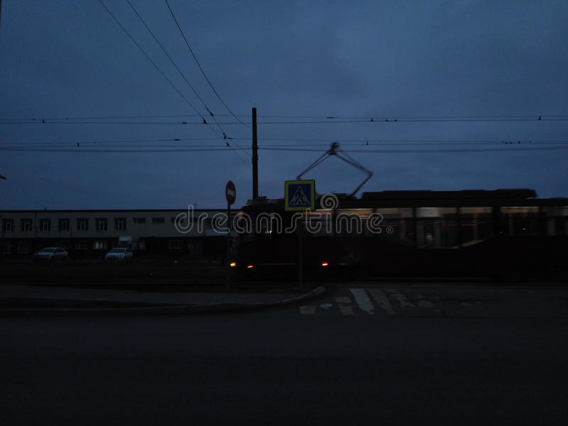 Темная ноча неба дорожных строительств людей трамвайной линии шины города стоковая фотография rf