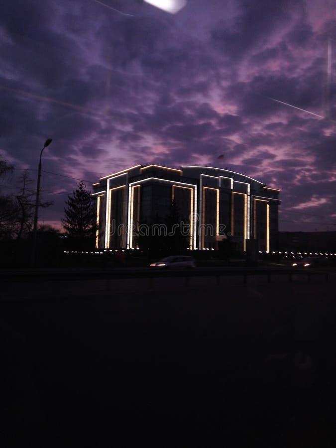 Темная ноча неба дорожных строительств vsco людей трамвайной линии шины города стоковое фото rf