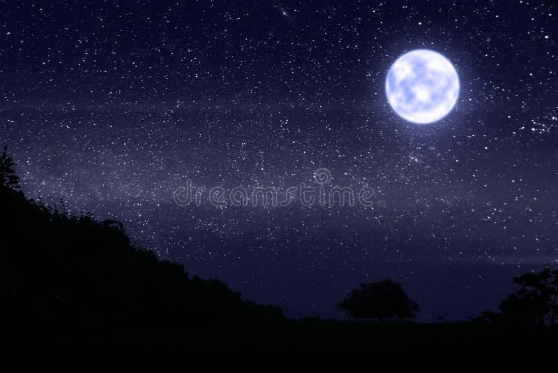 Темная ноча с много звездами и яркого лунного света стоковая фотография rf