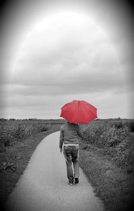 Темная осень, красный зонтик стоковое фото rf