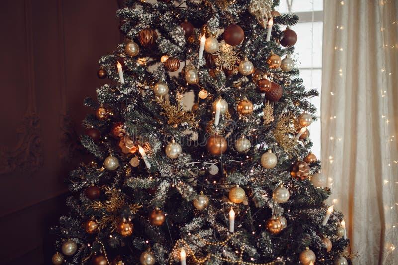 Темная предпосылка рождества, рождественская елка шарика Нового Года крупного плана стоковые фото