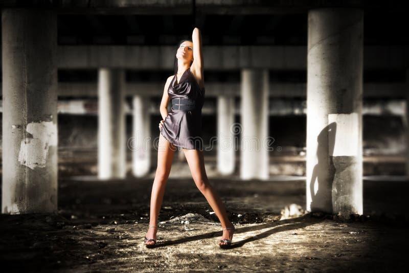 темная промышленная представляя сексуальная зона женщины стоковое изображение rf