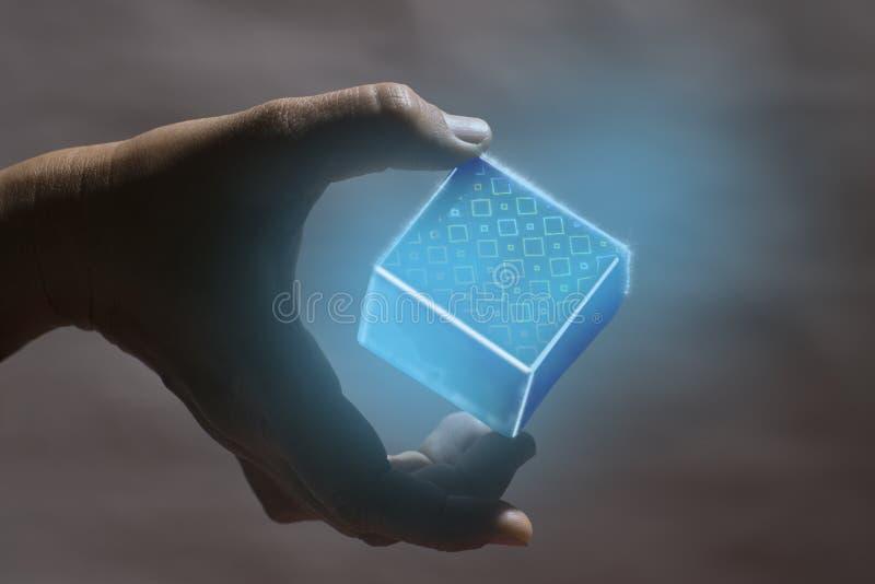 Темная рука держит светлую коробку которая светит с подсказкой большого пальца руки и подсказкой среднего пальца стоковое фото
