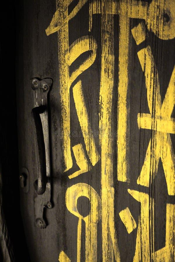 Темная серая дверь или черная дверь с золотыми письмами на ей стоковое изображение rf