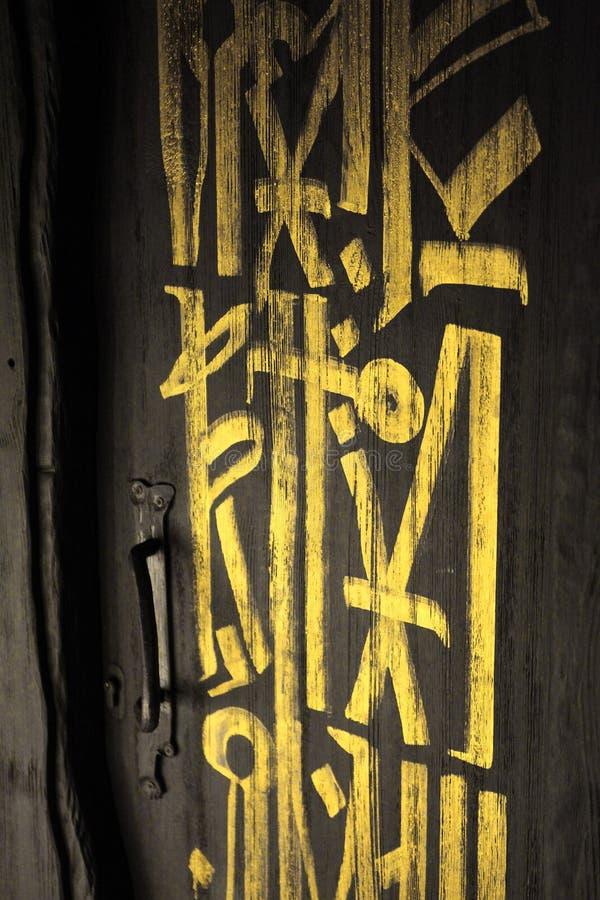 Темная серая дверь или черная дверь с золотыми письмами на ей стоковое фото rf