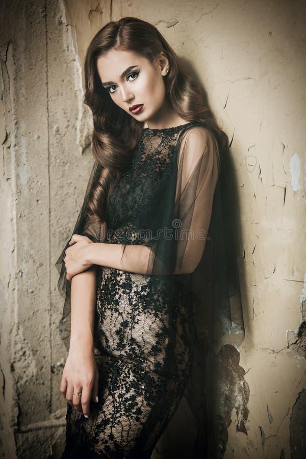 темная с волосами женщина стоковое изображение rf