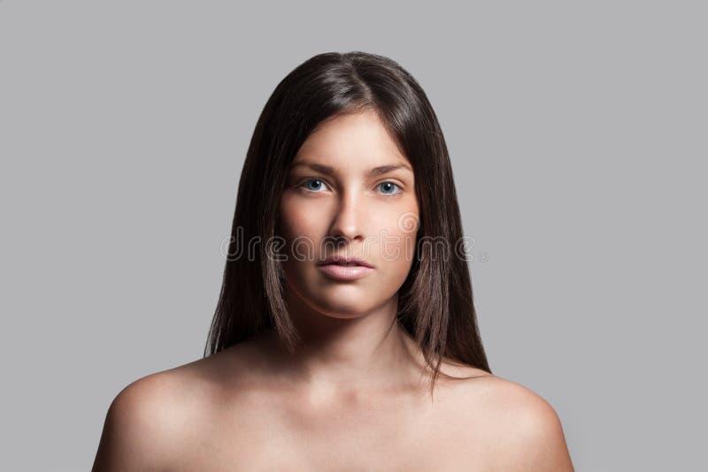 темная с волосами модель женское бельё стоковое изображение rf