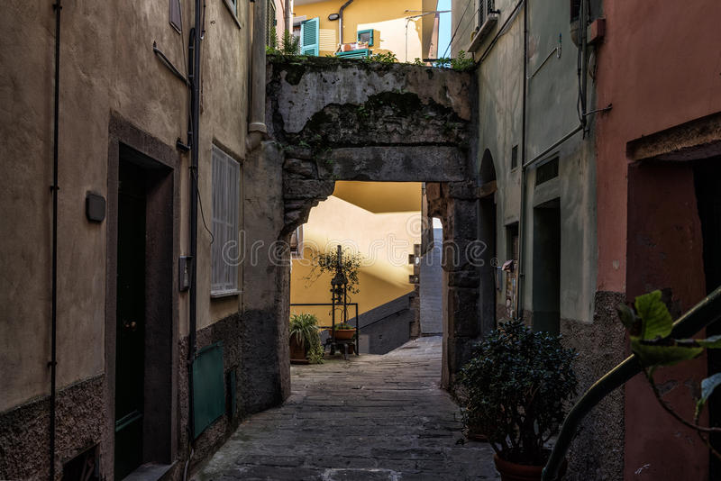 Темная узкая улица городка Vernazza, Италии стоковые фотографии rf
