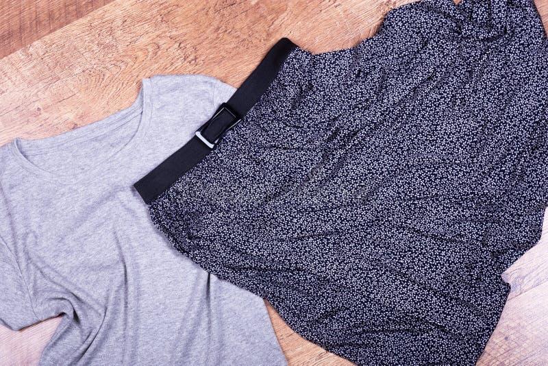 Темная юбка лета и серая футболка стоковые изображения rf