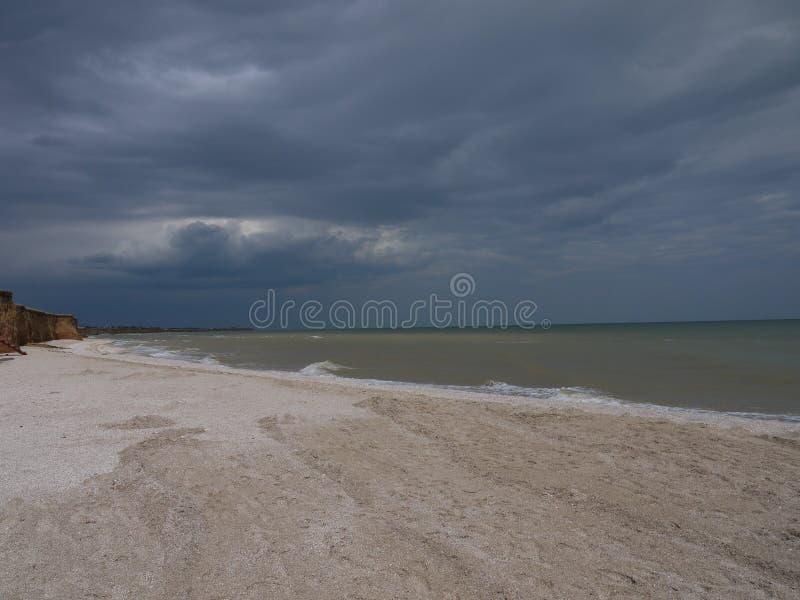 Темное бурное небо над штормом моря стоковое фото