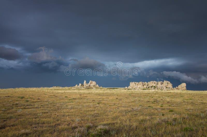 Темное и бурное небо за скалистым гребнем на прерии стоковая фотография rf
