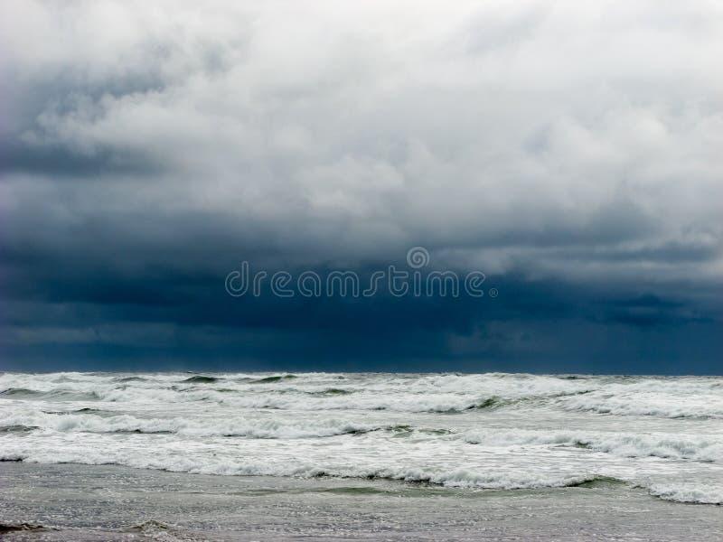 Download Темное и бурное небо на пляже Стоковое Изображение - изображение насчитывающей строго, бурно: 81806405