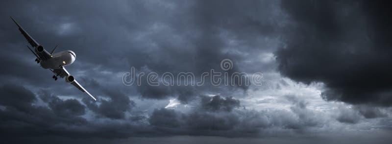 темное небо двигателя бурное стоковое изображение