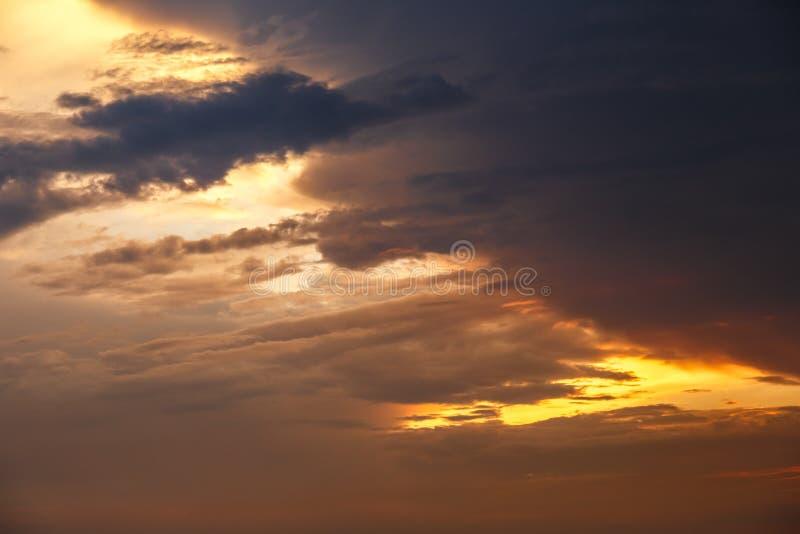 Темное небо с тяжелыми облаками стоковые фото