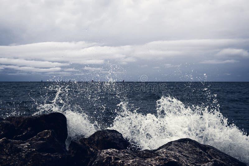 Темное освещение, шторм причаливает Волна ударила bi стоковое фото rf