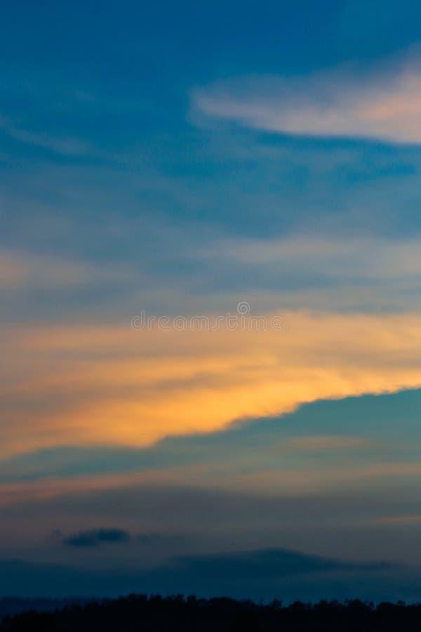 Темное пасмурное сумерк на небе, красивом заходе солнца, кресте облака на расплывчатом заходе солнца и Flam-boyant, дереве пламен стоковые фото