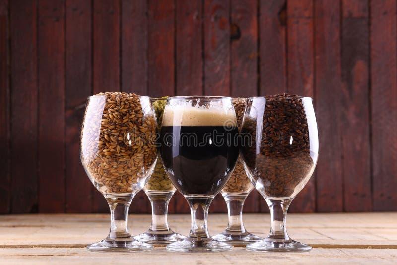 Темное пиво и ингридиенты стоковые изображения rf