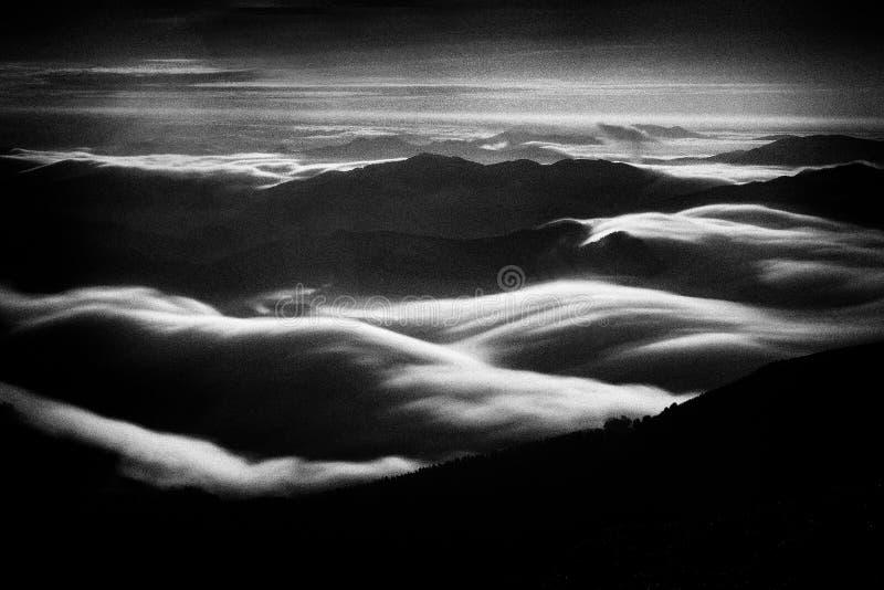 Темное landcape долины горы с туманом Добавленный шум стоковое фото rf