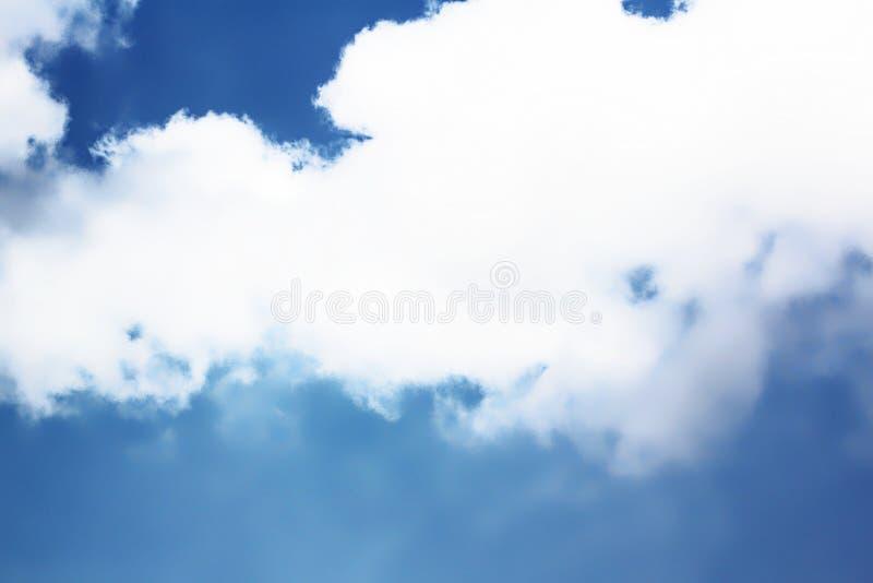 Темносинее небо с большим тучным белым облаком стоковые изображения rf