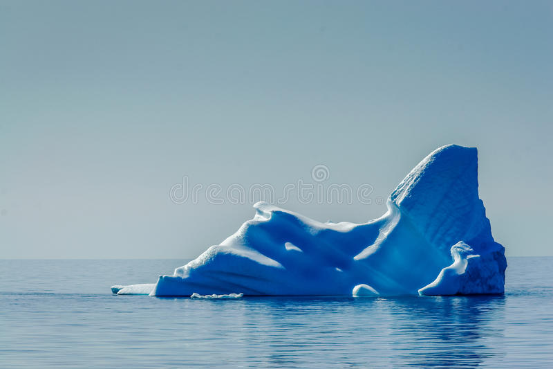 Темносиний айсберг плавает в ледовитый sae, плавя стоковая фотография rf