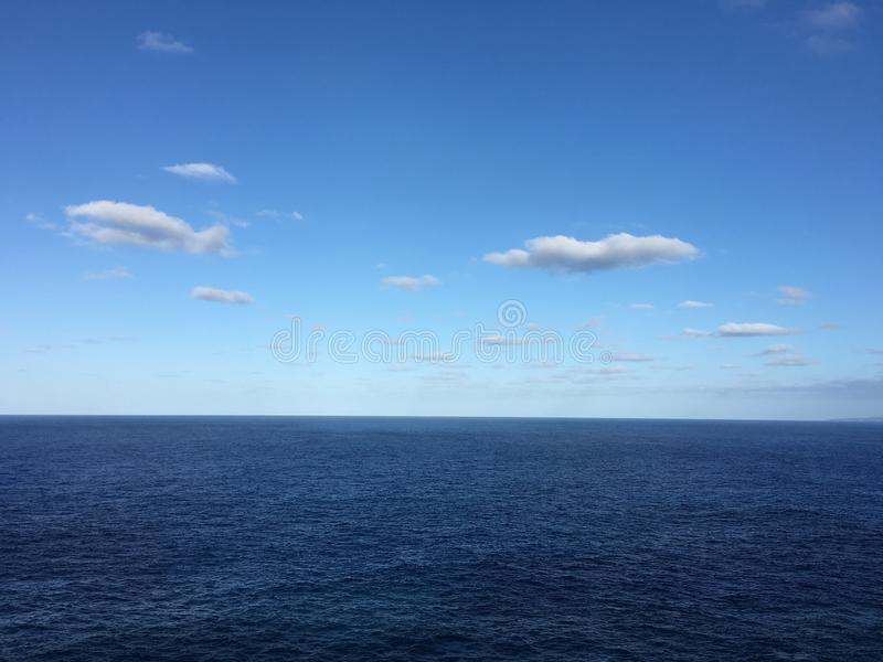 Темносиний океан и яркие голубые небеса стоковые фотографии rf