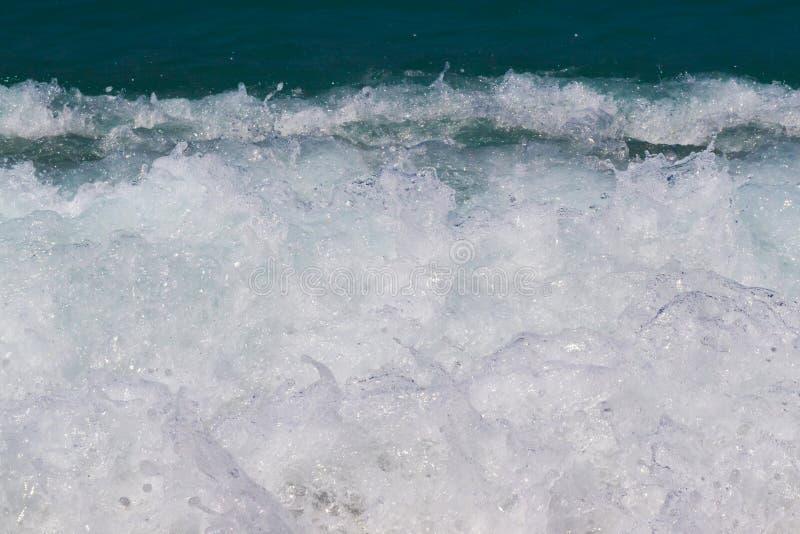 Темносиняя бурная поверхность морской воды с картиной пены и волн, фото естественной предпосылки стоковое изображение
