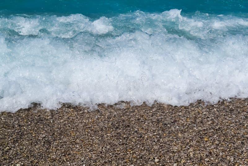 Темносиняя бурная поверхность морской воды с картиной пены и волн, фото естественной предпосылки стоковое фото