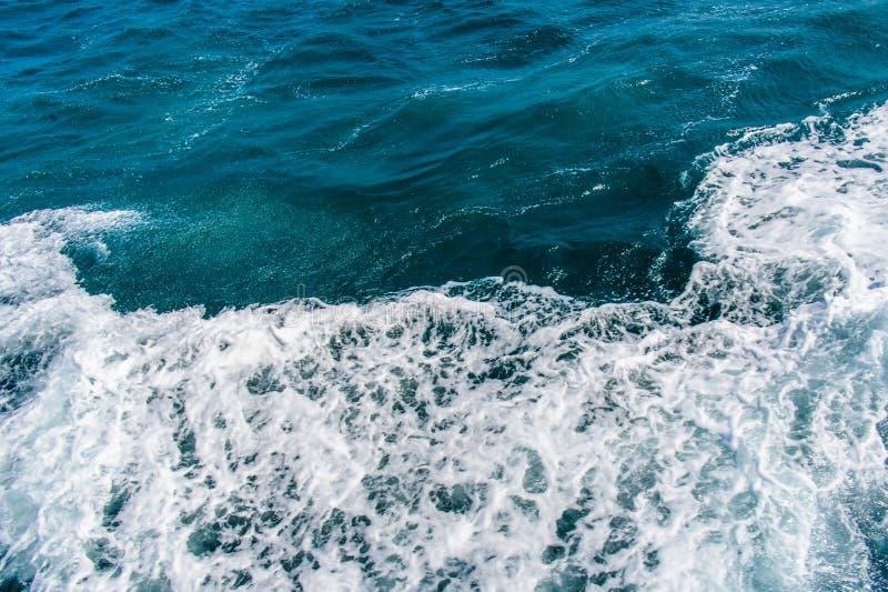 Темносиняя бурная поверхность морской воды с белой картиной пены и волн стоковая фотография rf