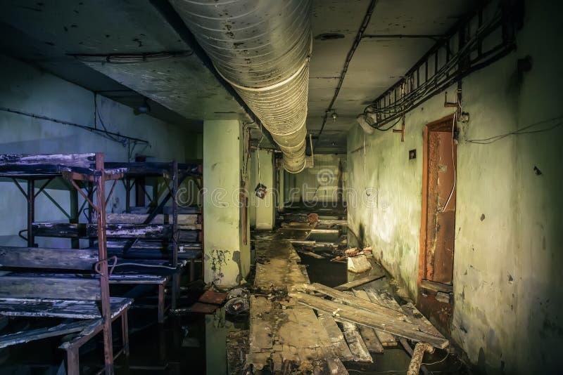 Темнота затопила коридор или тоннель в старом ОН нелегально покинутом советском воинском бункере стоковое изображение