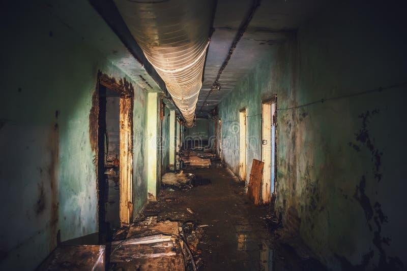 Темнота затопила коридор или тоннель в старом ОН нелегально преследовать и покинутом советском воинском бункере стоковые фото