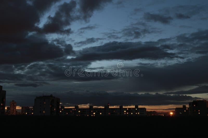 Темнота ночи ввергла к Москве, облако нижнего яруса стоковая фотография