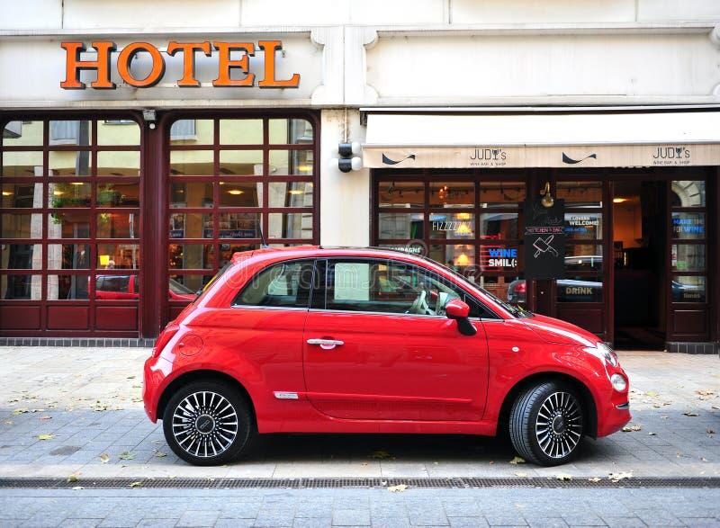 Темно-красный автомобиль Фиат 500 улица стоковые изображения