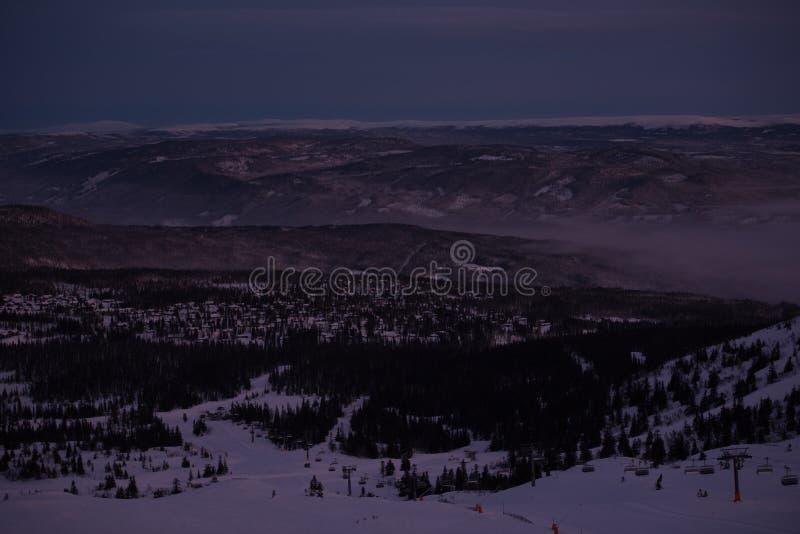 Темные вечеры зимы Активный зимний отдых стоковые изображения