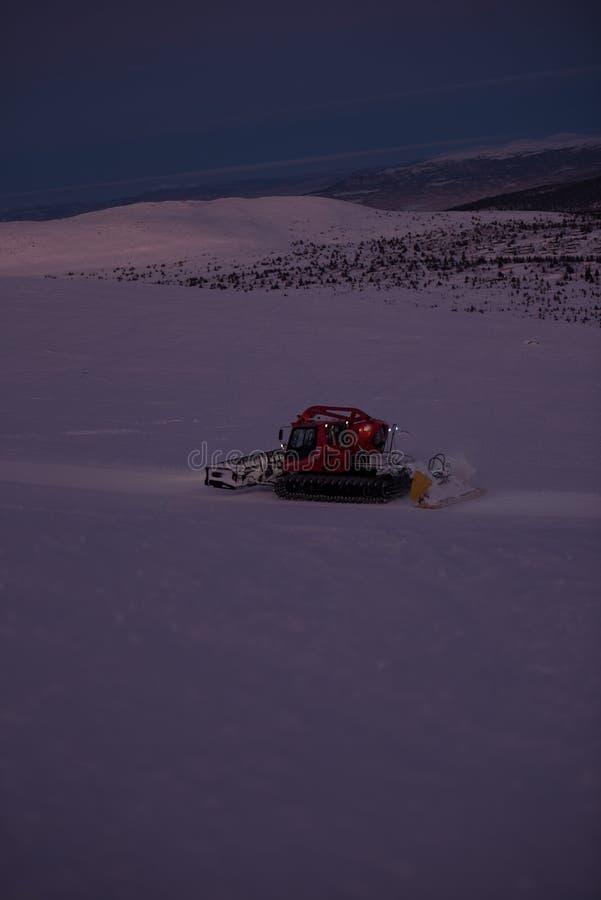 Темные вечеры зимы Лыжный курорт стоковое фото