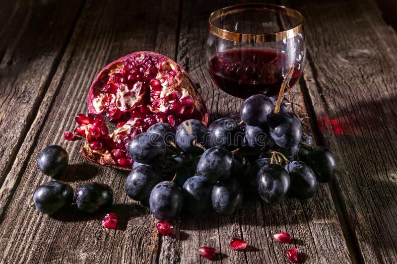 Темные виноградины и красное вино в стекле стоковая фотография