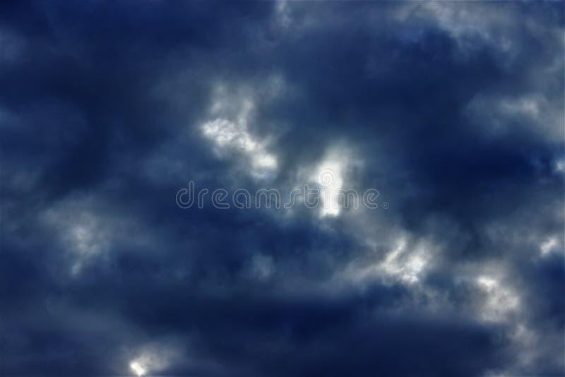 Темные дождевые облака в небе стоковое изображение