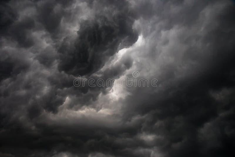 Темные или черно-белые облака на небе перед идти дождь шторма стоковые изображения rf