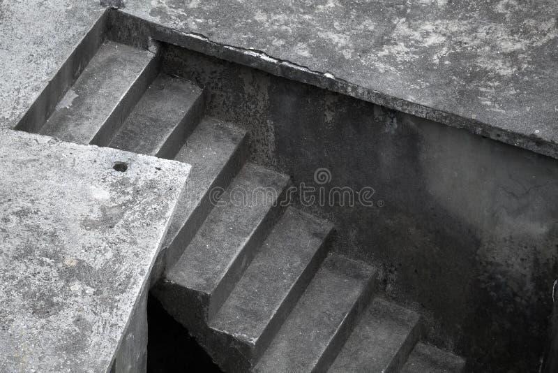 Темные конкретные лестницы стоковое фото rf