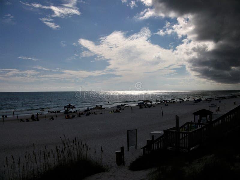 Темные облака собирая над пляжем стоковые фотографии rf