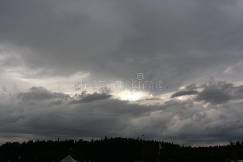 Темные облака солнца небес стоковые фотографии rf