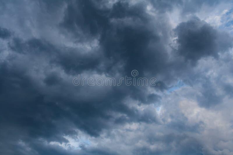 Темные облака шторма в небе overcast стоковые фотографии rf