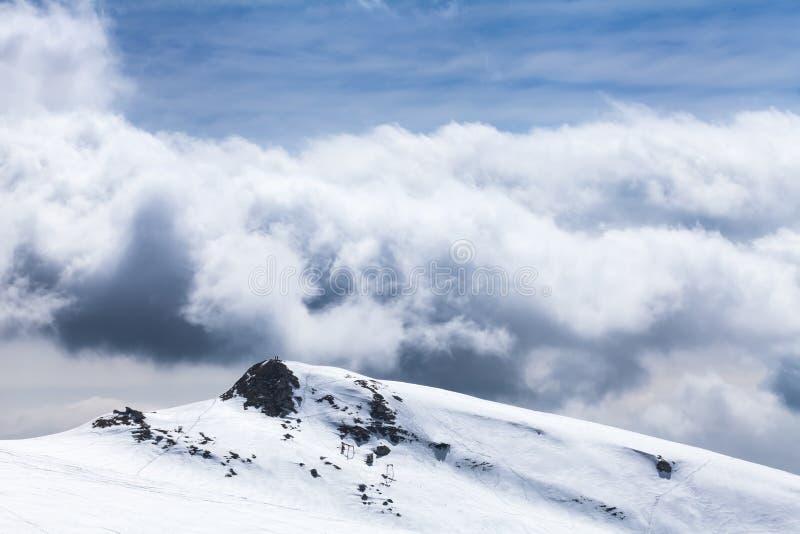 Темные облака в горах стоковые фотографии rf