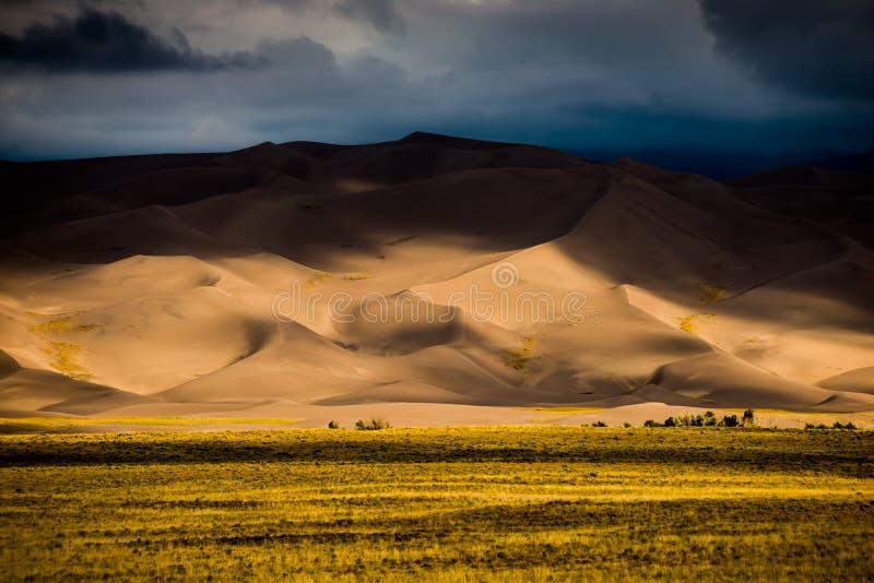 Темные облака над ландшафтами Колорадо США песчанных дюн стоковые изображения