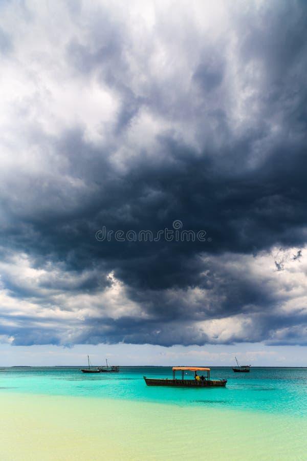 Темные облака шторма над тропическим пляжем стоковые фото