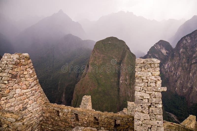 Темные дождевые облако на городе Inca Machu Picchu, Перу стоковые изображения rf
