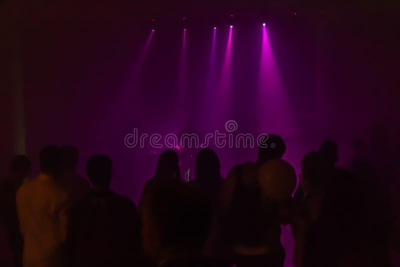 Темные силуэты группы людей на рок-концерте стоковая фотография