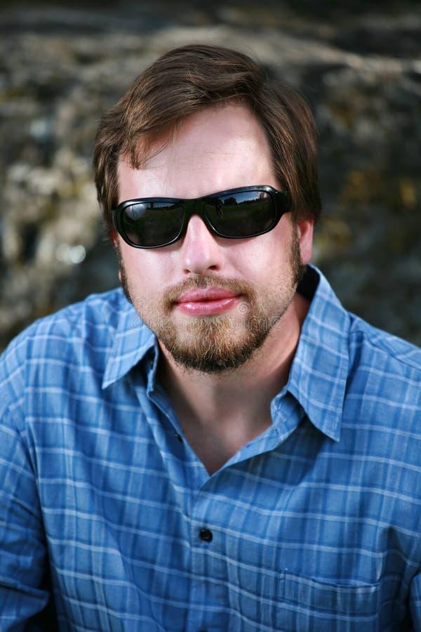 темные солнечные очки человека стоковое фото