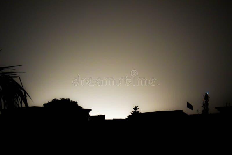 темные сугробы ночного неба иллюстрации Юлить светов города стоковые изображения rf