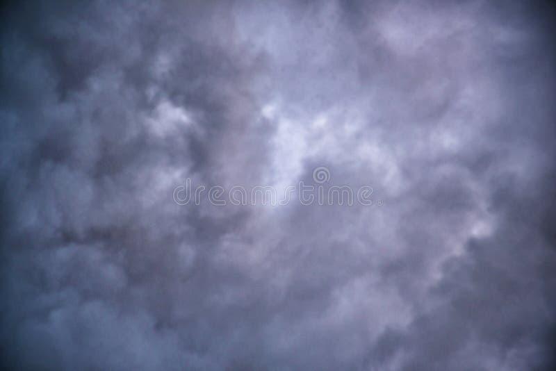 Темные тяжелые облака после того как дождь сформирует божественный зазор света и солнца стоковые фотографии rf