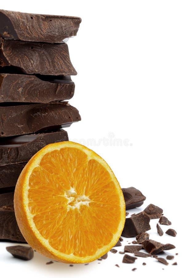 Темные шоколадные батончики штабелируют с апельсином стоковые изображения rf
